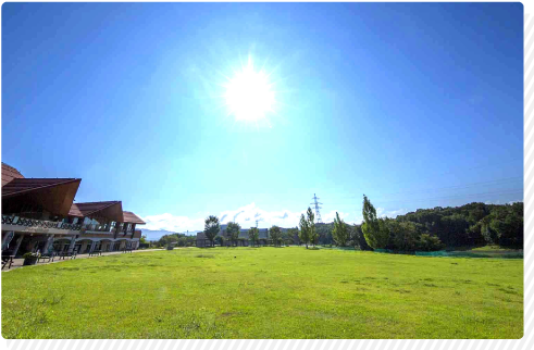 すり鉢型の広大な湖畔広場